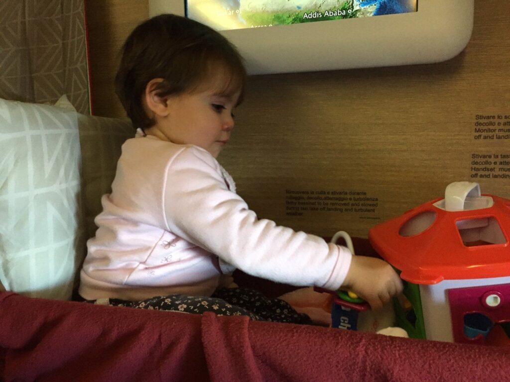 neonati e aereo, bimbi in aereo, baby coat alitalia, viaggio in asia con bambini