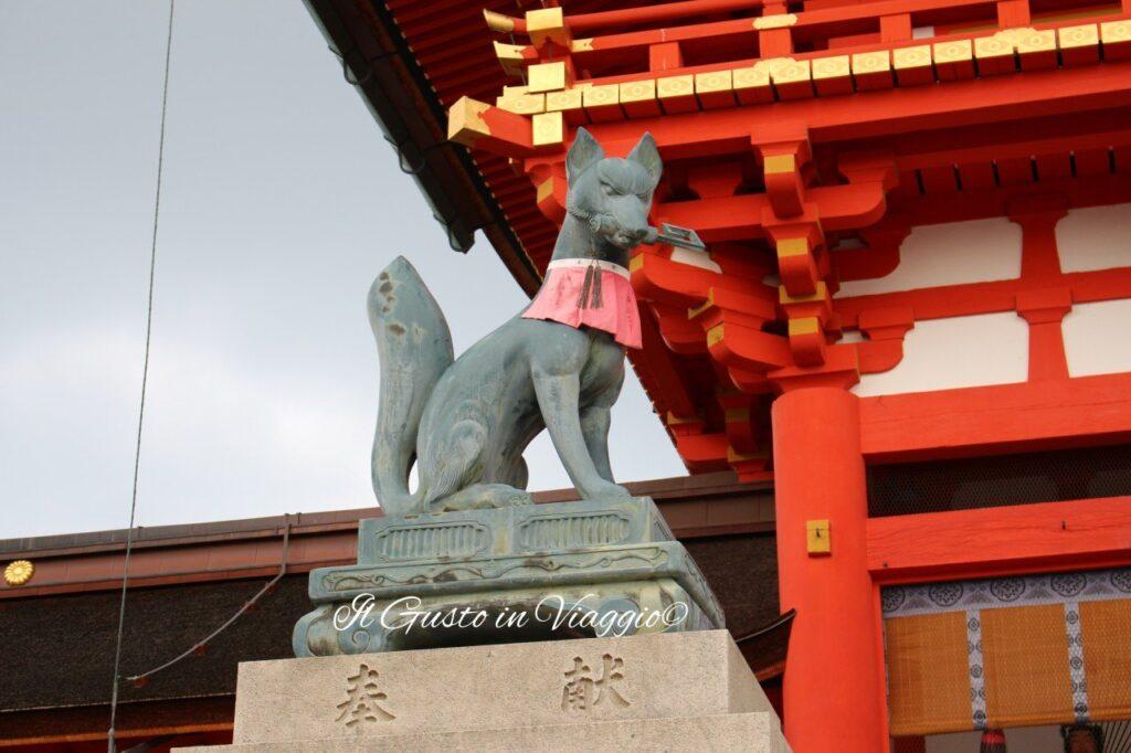 visita-al-fushimi-inari-kyoto-volpe-