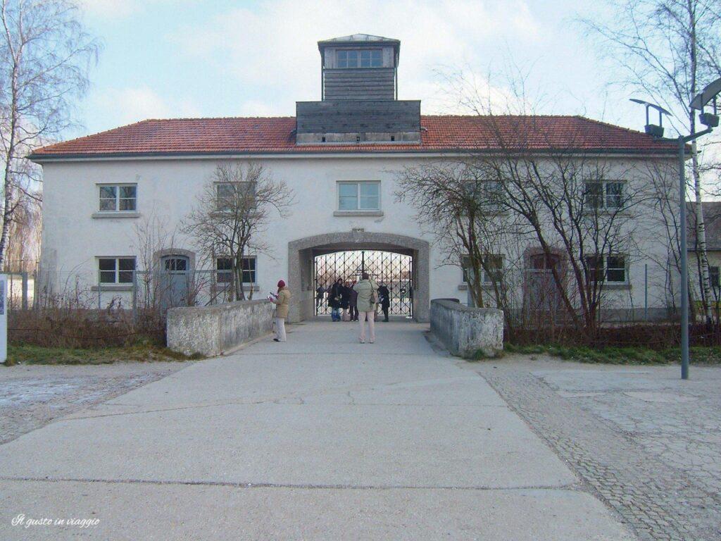 Jourhaus edificio di guardia del comando visita al campo di concentramento di dachau ingresso campo concentramento dachau campo concentramento germania