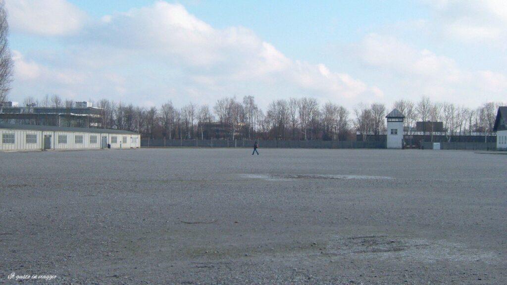 visita al campo di concentramento di dachau interno del campo di concentramento