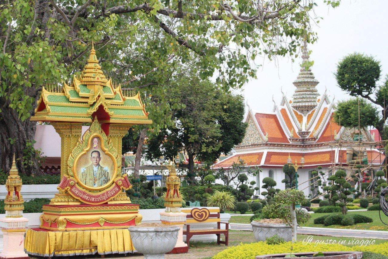 visitare il wat arun bangkok effige re thaialndese