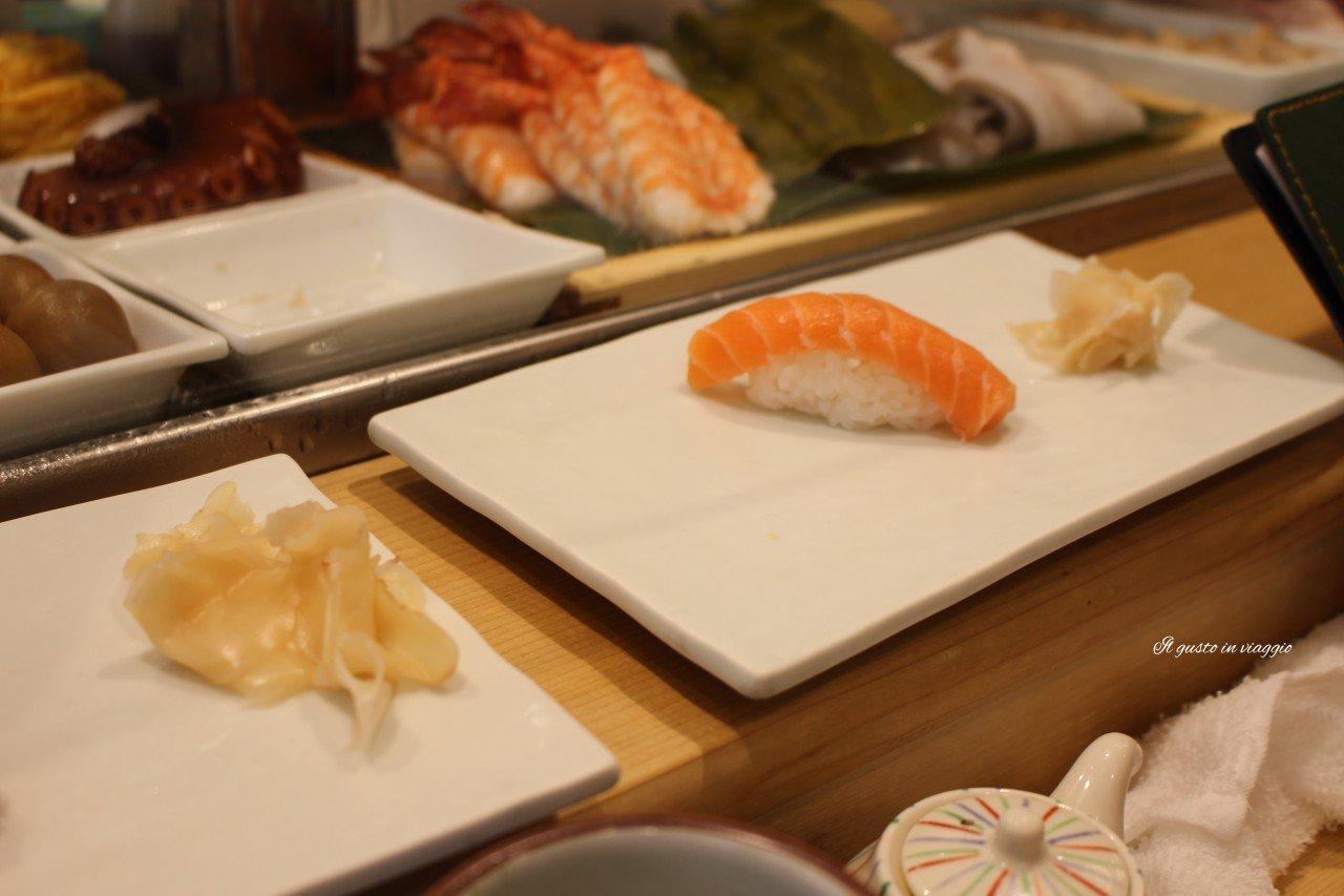 nigiri salmone sushi salmone tsukiji il mercato del pesce di tokyo