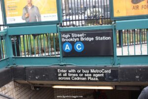 attraversare il ponte di brooklyn, fermata metro brooklyn nridge station, new york