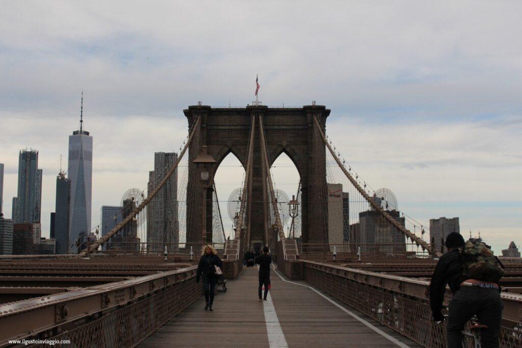 attraversare il ponte di brooklyn, brooklyn bridge New York, walk on brooklyn bridge