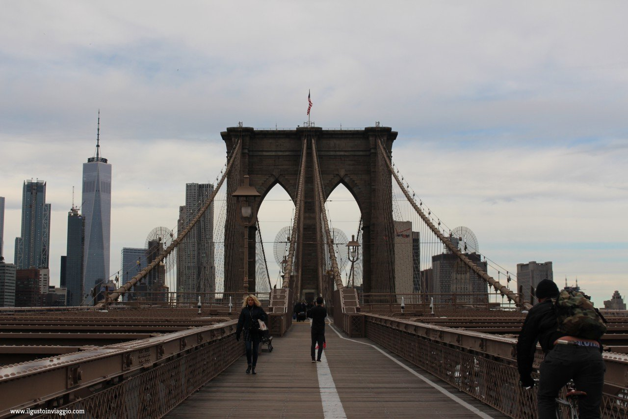 attraversare il ponte di brooklyn, brooklyn bridge New York, walk on brooklyn bridge