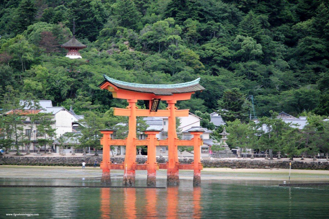 miyajima fai da te, torii rosso, giappone