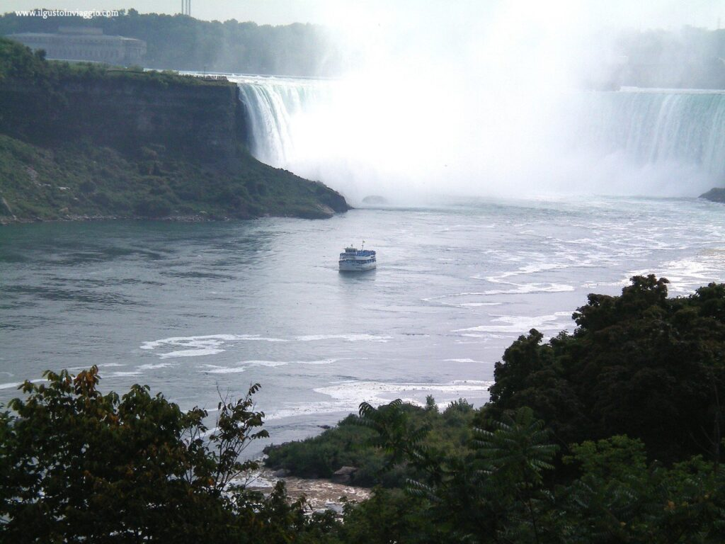 maid of the mist, cascate del niagara con il battello, niagara falls
