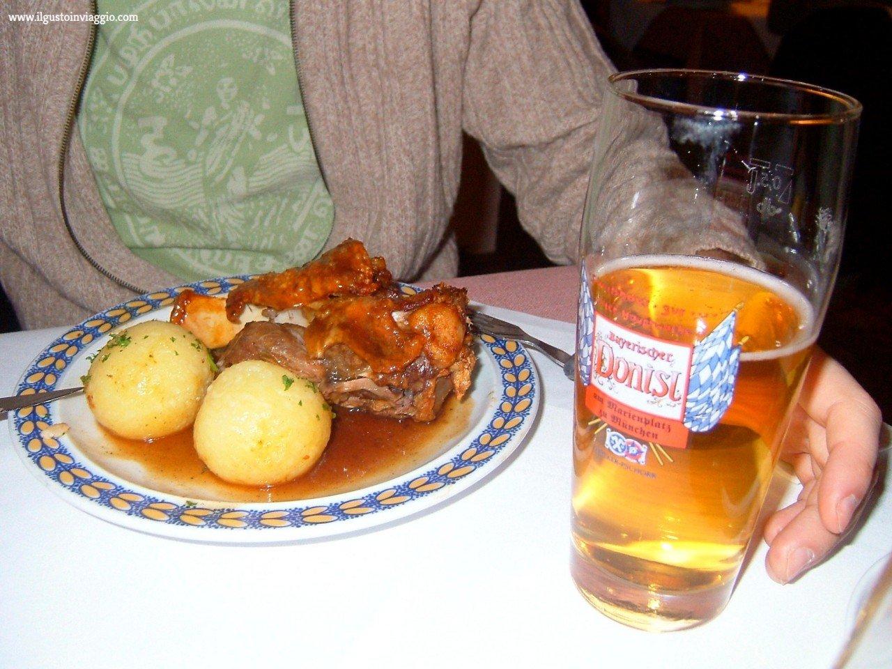 cenare a monaco di baviera, monaco baviera stinco maiale, stinco maiale alla birra