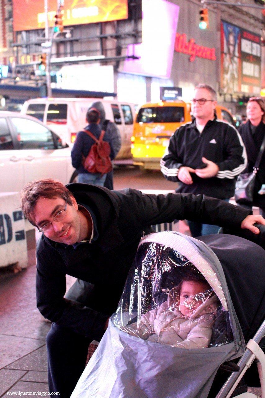 new york times square, new york con il passeggino