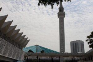 visitare la moschea masjid negara di kuala lumpur