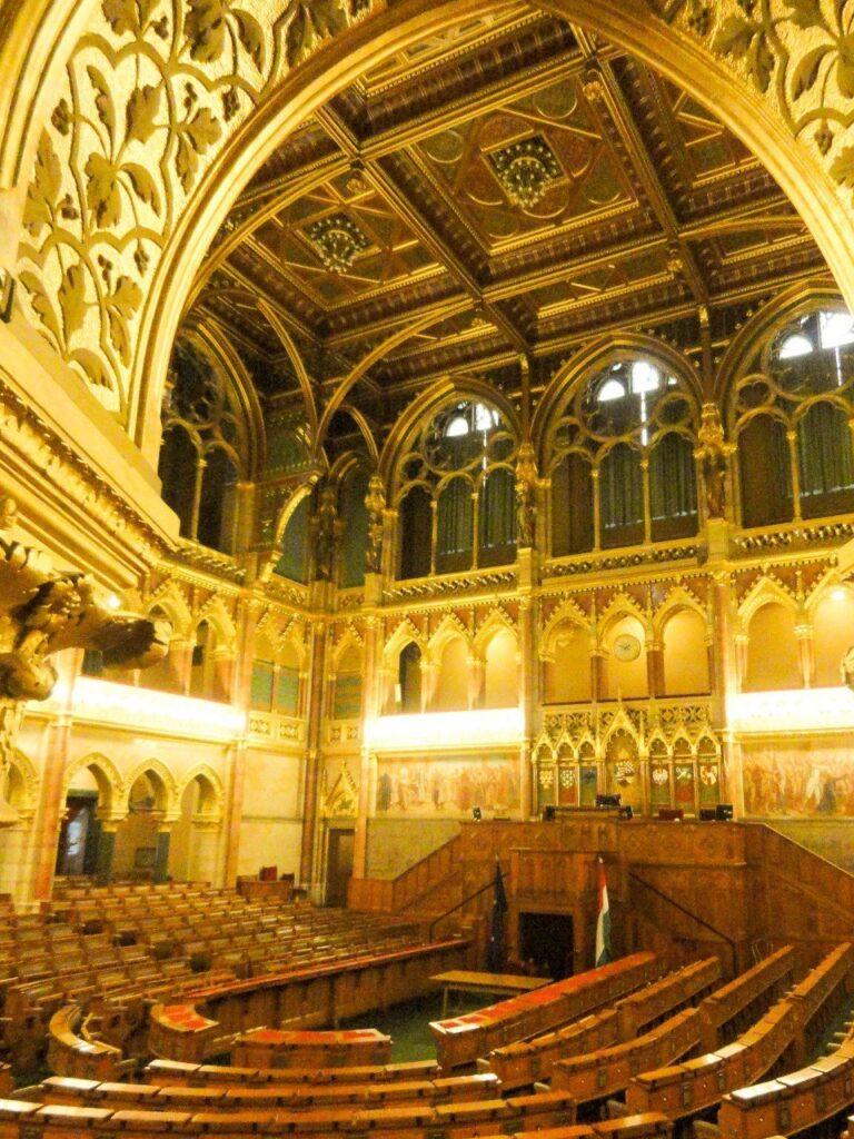 visitare il parlamento di budapest interno