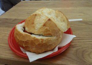 cosa mangiare a budapest, gulasch nel pane