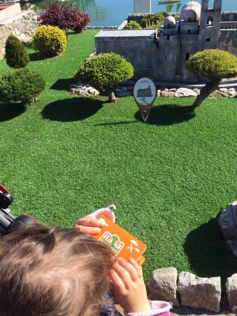 italia in miniatura con bambini piccoli